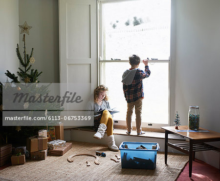Children in living room with Christmas tree Stock Photo - Premium Royalty-Free, Image code: 6113-06753369
