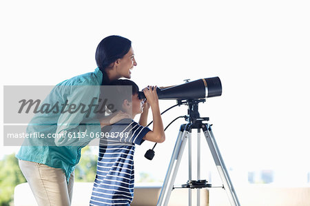 Mother and son using telescope Stock Photo - Premium Royalty-Free, Image code: 6113-06908788