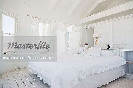 White bedroom Stock Photo - Premium Royalty-Free, Image code: 6113-07160824