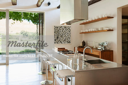 Modern kitchen overlooking patio and vineyard Stock Photo - Premium Royalty-Free, Image code: 6113-07542767