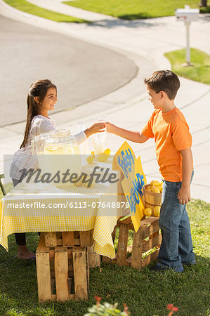 Boy buying lemonade at lemonade stand Stock Photo - Premium Royalty-Free, Image code: 6113-07648870