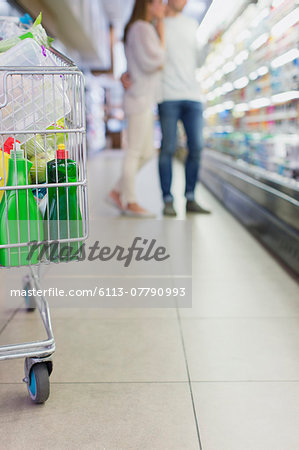 Defocussed view of couple shopping together in grocery store Stock Photo - Premium Royalty-Free, Image code: 6113-07790993