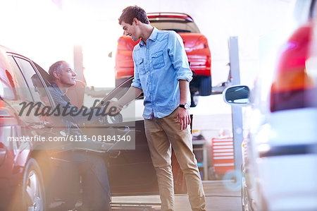 Mechanic and customer handshaking in auto repair shop Stock Photo - Premium Royalty-Free, Image code: 6113-08184340