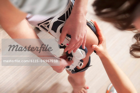 Osteopathy, Patient getting a knee support, Munich, Bavaria, Germany Stock Photo - Premium Royalty-Free, Image code: 6115-06967010