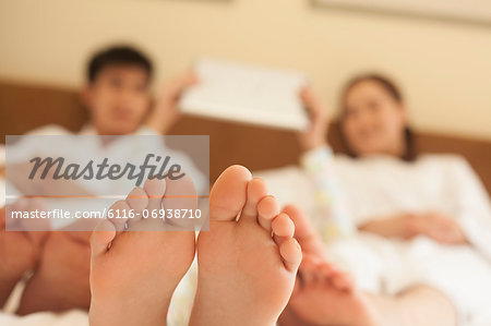 Family in Bed with Bare Feet Stock Photo - Premium Royalty-Free, Image code: 6116-06938710