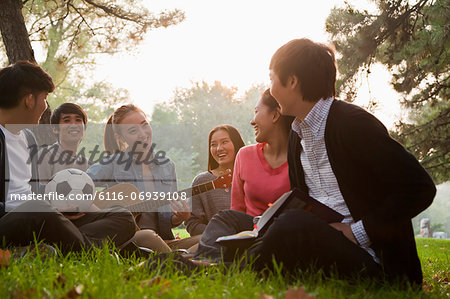 Teenagers hanging out in the park Stock Photo - Premium Royalty-Free, Image code: 6116-06939108