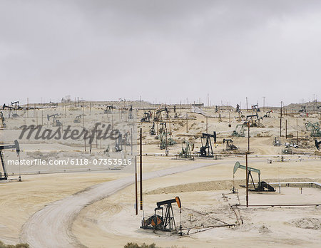 Oil rigs and wells in the Midway-Sunset shale oil fields, the largest in California Stock Photo - Premium Royalty-Free, Image code: 6118-07353516