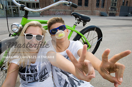 Teenage couple blowing bubble gum Stock Photo - Premium Royalty-Free, Image code: 6121-07741608