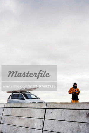 Man infront of car with kayak Stock Photo - Premium Royalty-Free, Image code: 6122-07692925