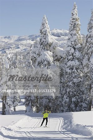 USA, California, mature man cross country skiing Stock Photo - Premium Royalty-Free, Image code: 613-01533379