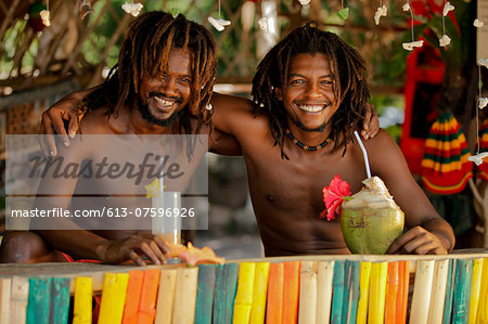 Best friends drinking a cocktail Stock Photo - Premium Royalty-Free, Image code: 613-07596926