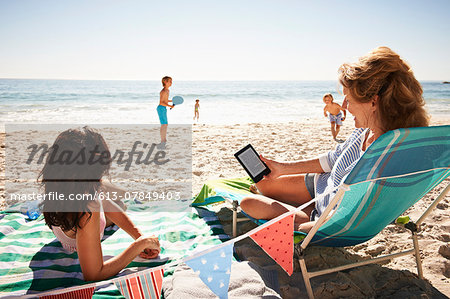 Senior woman and adult daughter at the beach Stock Photo - Premium Royalty-Free, Image code: 613-07849403
