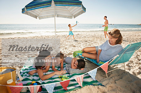 Happy family with grandmother on the beach Stock Photo - Premium Royalty-Free, Image code: 613-07849404