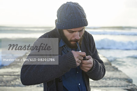 Warming up on a cold morning Stock Photo - Premium Royalty-Free, Image code: 613-08201786