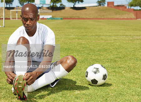 Tying his bootlaces Stock Photo - Premium Royalty-Free, Image code: 613-08233454