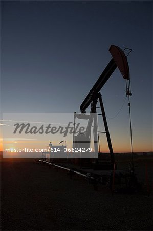Silhouette of oil well in dry landscape Stock Photo - Premium Royalty-Free, Image code: 614-06624279