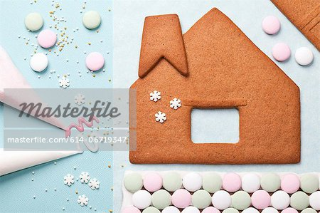 Gingerbread house components on table Stock Photo - Premium Royalty-Free, Image code: 614-06719347