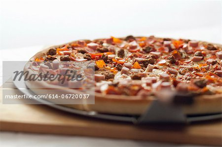 Close up of shovel and deep dish pizza Stock Photo - Premium Royalty-Free, Image code: 614-06720037
