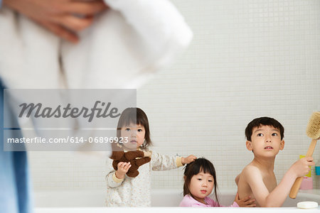 Brother and sisters in bath playing Stock Photo - Premium Royalty-Free, Image code: 614-06896923