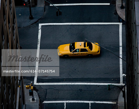 Yellow cab in middle of crossroad, New York, New York State, USA Stock Photo - Premium Royalty-Free, Image code: 614-07145754
