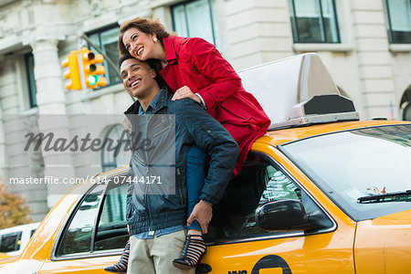 Young tourist couple with yellow cab, New York City, USA Stock Photo - Premium Royalty-Free, Image code: 614-07444171