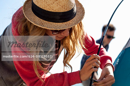 Couple setting up tent Stock Photo - Premium Royalty-Free, Image code: 614-08119557