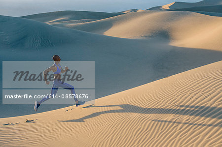 Runner sprinting in desert, Death Valley, California, USA Stock Photo - Premium Royalty-Free, Image code: 614-08578676