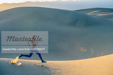Runner sprinting in desert, Death Valley, California, USA Stock Photo - Premium Royalty-Free, Image code: 614-08578677
