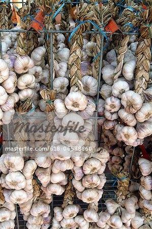 garlic gloves at market Stock Photo - Premium Royalty-Free, Image code: 618-06538860