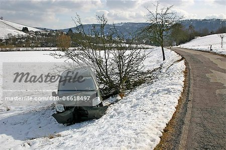 accident damaged car in winter Stock Photo - Premium Royalty-Free, Image code: 618-06618497