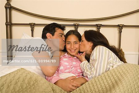 Family in bed with daughter Stock Photo - Premium Royalty-Free, Image code: 621-00994789