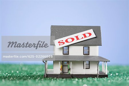 Sold tag on a model home Stock Photo - Premium Royalty-Free, Image code: 625-02266008