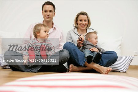 Portrait of a family with two baby boys Stock Photo - Premium Royalty-Free, Image code: 628-00920321