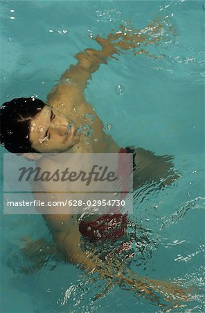 Man piping down under Water - Swimming-Pool - Swimming - Sports - Leisure Time Stock Photo - Premium Royalty-Free, Image code: 628-02954730