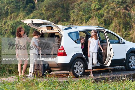 Family with SUV exploring the outdoors Stock Photo - Premium Royalty-Free, Image code: 632-06030013