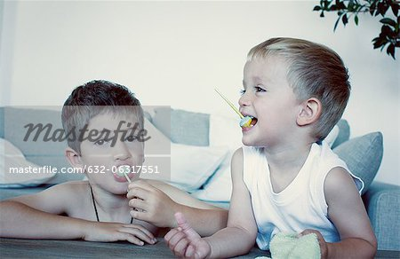 Young boys eating lollipops Stock Photo - Premium Royalty-Free, Image code: 632-06317551