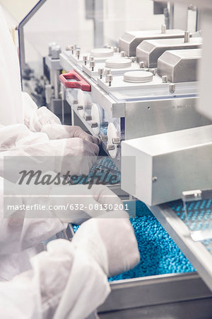 Worker monitoring pill packaging machinery Stock Photo - Premium Royalty-Free, Image code: 632-08130201