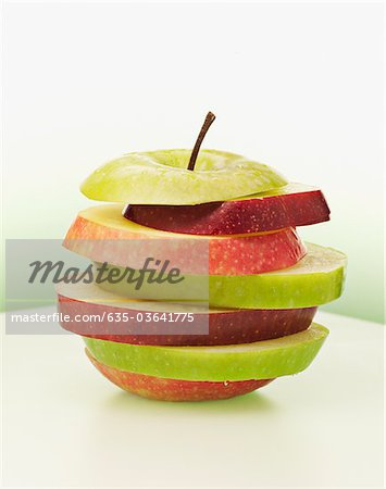 Alternating red and green apple slices Stock Photo - Premium Royalty-Free, Image code: 635-03641775