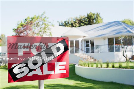 Sold sign in front yard of house Stock Photo - Premium Royalty-Free, Image code: 635-03752521