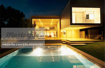 Pool outside modern house at night Stock Photo - Premium Royalty-Free, Image code: 635-05550383