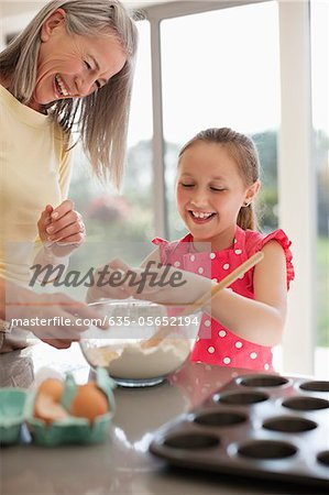 Grandmother and granddaughter baking cupcakes Stock Photo - Premium Royalty-Free, Image code: 635-05652194