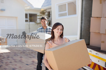 Couple carrying boxes from moving van Stock Photo - Premium Royalty-Free, Image code: 635-07763031