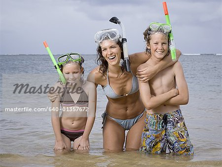 Close-up of a mother and her two children wearing scuba masks and snorkels Stock Photo - Premium Royalty-Free, Image code: 640-01357672