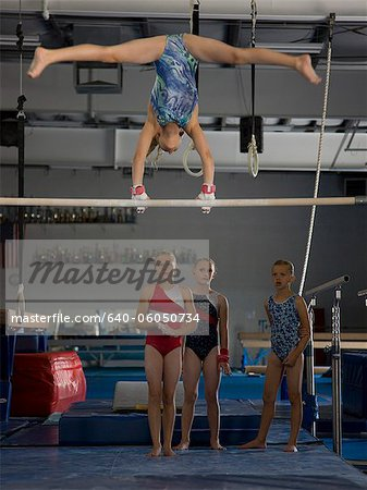 USA, Utah, Orem, girls (10-11) in gym watching friend exercising on pole Stock Photo - Premium Royalty-Free, Image code: 640-06050734