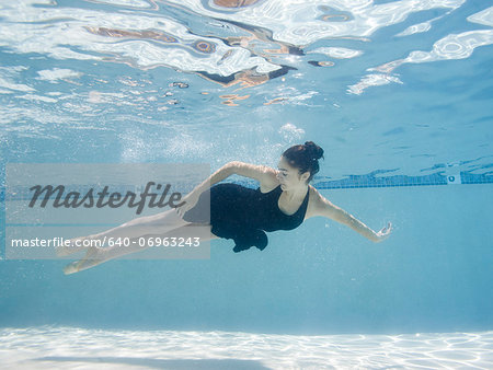 USA, Utah, Orem, Female ballet dancer under water Stock Photo - Premium Royalty-Free, Image code: 640-06963243