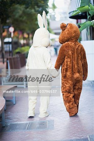 Bunny and bear going along the street Stock Photo - Premium Royalty-Free, Image code: 649-03796537
