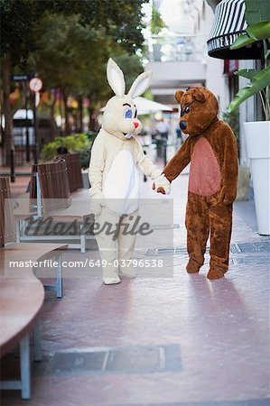 Bunny and bear going along the street Stock Photo - Premium Royalty-Free, Image code: 649-03796538