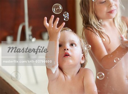 Brother and sister in bath, bubbles Stock Photo - Premium Royalty-Free, Image code: 649-03796600