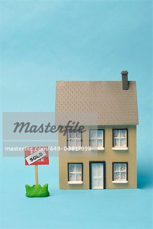 Model house with sold sign outside Stock Photo - Premium Royalty-Free, Image code: 649-03817998