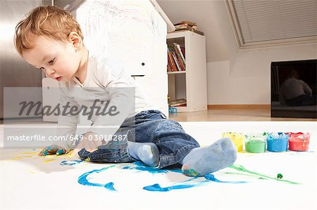 Boy playing with finger paint Stock Photo - Premium Royalty-Free, Image code: 649-03818287